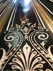 这是一架极具法国皇室特色的艺术钢琴,黑色外壳上镶嵌有纷繁的象牙雕刻,绘有埃及风格图案外壳上配有青铜的配饰,华丽的踏板与烛台都极具洛可可风格。