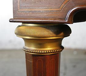 埃拉德三角钢琴,拥有带镶嵌的桃花心木外壳,法国女王 Marie Antoinette 钢琴的复制品。