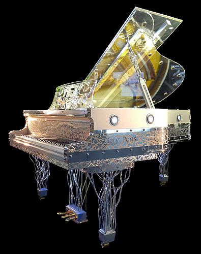 """杰瑞庞斯(Gary Pons)型号 SY187 三角钢琴,使用特殊透明材质,安装有LED灯,可以通过外壳看到内部击弦机的结构与活动原理,这架钢琴来自于""""Plexart""""展会,每一架都有单独的编号,并且由设计者签名,外壳有多种造型可供选择,每台琴的LED设计均是独一无二的艺术设计,提供订购服务"""