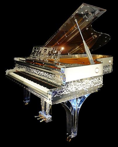 """杰瑞庞斯(Gary Pons)型号 SY215 三角钢琴,使用特殊透明材质,安装有LED灯,可以通过外壳看到内部击弦机的结构与活动原理,这架钢琴来自于""""Plexart""""展会,每一架都有单独的编号,并且由设计者签名,外壳有多种造型可供选择,每台琴的LED设计均是独一无二的艺术设计,提供订购服务"""