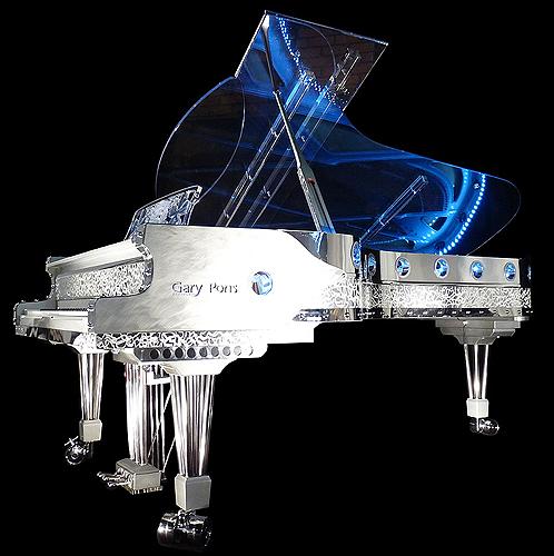 """杰瑞庞斯(Gary Pons)型号 SY278 三角钢琴,使用特殊透明材质,安装有LED灯,可以通过外壳看到内部击弦机的结构与活动原理,这架钢琴来自于""""Plexart""""展会,每一架都有单独的编号,并且由设计者签名,外壳有多种造型可供选择,每台琴的LED设计均是独一无二的艺术设计,提供订购服务"""