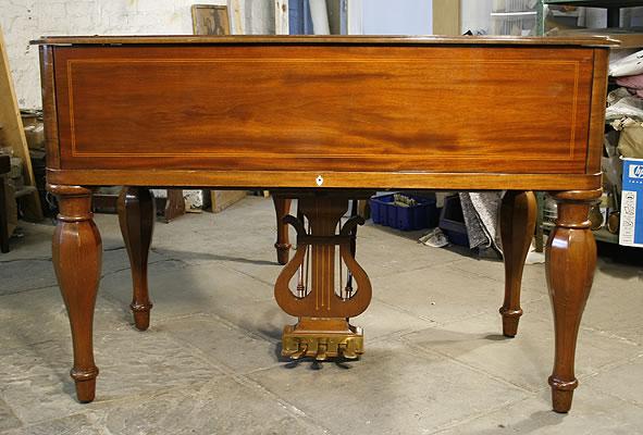 这架 M 型号的殖民地风格施坦威制作与1926年,桃花心木外壳,法式抛光,木纹镶嵌。钢琴拥有5条琴腿,设计原型为 Heinrich Steinweg 在1836年为施坦威所制造的第一架钢琴。这架琴的键盘盖与众不同,采取了和方形琴类似的设计。