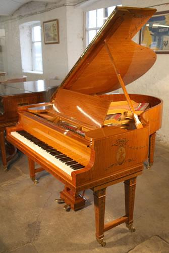 一架产于1911年拥有缎木外壳的施坦威 型号 O 三角钢琴,外壳拥有新古典主义风格的手绘。