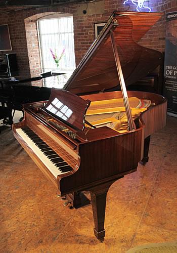 施坦威(Steinway)型号 M 三角钢琴,产于1970年,红木外壳,方形琴腿