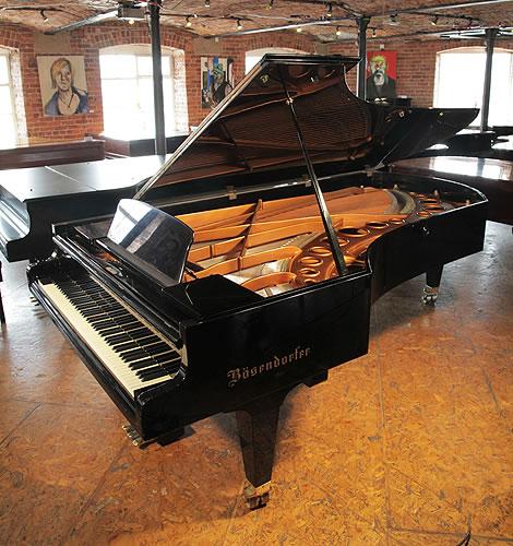 """貝森朵夫(bosendorfer)型號 290 帝王鋼琴,產於1971年,高亮拋光黑色外殼,這架鋼琴擁有97個琴鍵,其中八個是額外的低音部分。這架鋼琴被美國鋼琴家 """"Garrick Ohlsson"""" 評價為鋼琴中的勞斯萊斯。"""