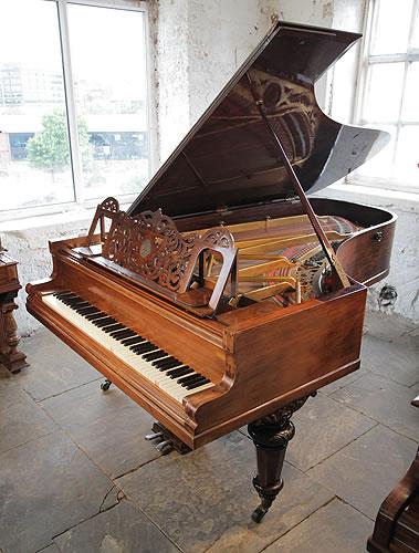 """產於1887年的 """"Richard Wagner""""(理查 瓦格納)Ibach 依巴赫 三角古董鋼琴,紅木外殼,精美雕花琴譜架,這架鋼琴的圓形琴腿有著美麗的雕刻,黃銅腳輪。  Rud. Ibach Sohn 在1794年建立於德國。這架鋼琴是為了紀念偉大的作曲家瓦格納所設計,瓦格納一生的眾多作品都是在他的依巴赫鋼琴上完成的。"""