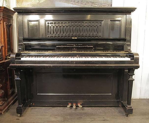 """施坦威(Steinway)型号 R 立式三角钢琴,黑色外壳,镂空雕刻,钢琴有88个琴键和3个踏板。这架钢琴大约产于1900年,他比K型号要大,并且使用的是立式三角钢琴的设计,钢板上印有""""Capo d'astro Bar""""的标识,这种型号的钢琴只在德国汉堡生产,并且在1942年停产。"""