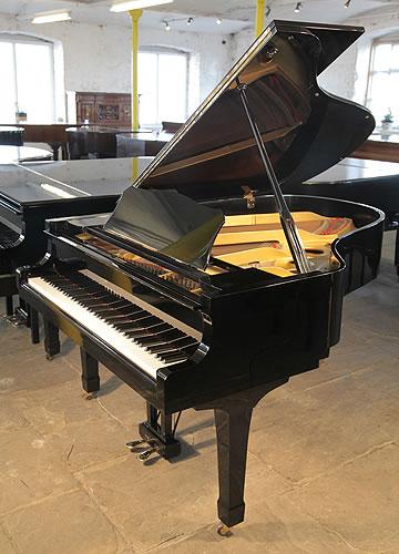 雅马哈(Yamaha)型号 G3 三角钢琴,黑色外壳,盾形琴腿,配有88个琴键和二个踏板