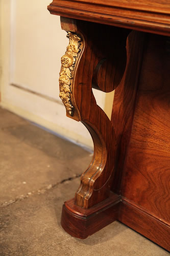 Bord ormolu cabinet decoration on cabriole piano leg