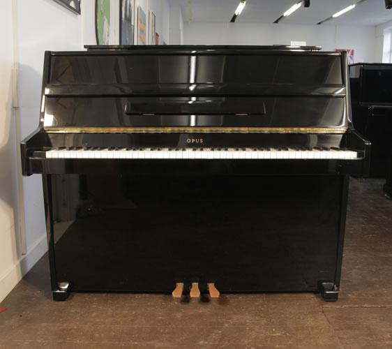 歐帕斯(Opus)立式鋼琴,黑色外殼,鋼琴有7個八度鍵盤,3個踏板,131cm寬,140釐米高,適合小型家庭使用