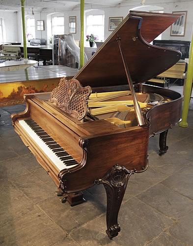 博蘭斯勒(Bluthner)三角古董鋼琴,產於1902年,精美雕花洛可哥風格紅木外殼,鋼琴有一個雕花琴譜架,刻有貝殼等團,配有精美古典風格琴腿,鋼琴有88個琴鍵和2個踏板