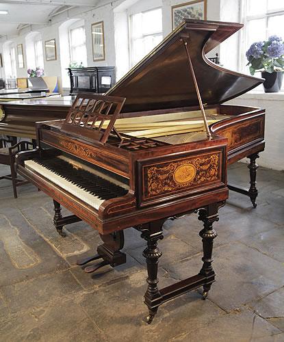 布罗德伍德(Broadwood)三角古董钢琴,钢琴配有精美桃花心木外壳,雕花琴谱架和门型琴腿,新古典主义的镶嵌风格,镶嵌有植物的茎叶、花朵以及古罗马图案,钢琴有85个琴键和2个踏板
