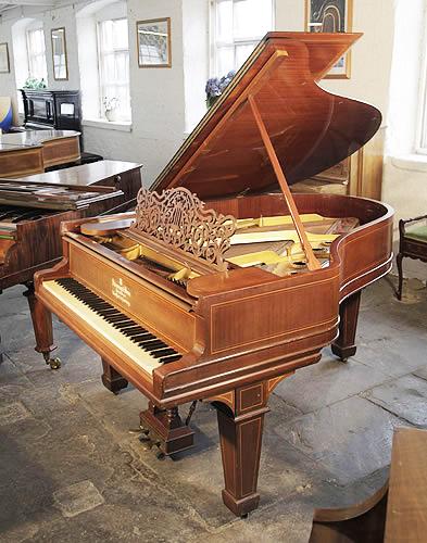 施坦威(Steinway)型號 A 三角古董鋼琴,產於1900年,桃花心木外殼,精美雕花琴譜架,盾形琴腿,鋼琴外殼為椴木鑲嵌,有85個琴鍵和2個踏板