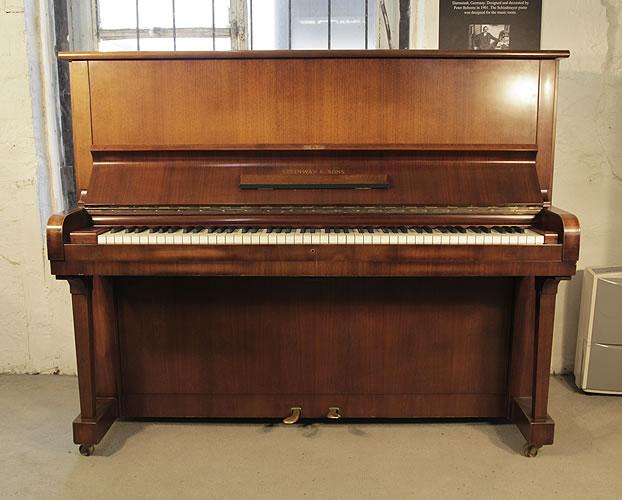 施坦威(Steinway)型號 V 立式鋼琴,產於1961年,胡桃木外殼,鋼琴有88個琴鍵和2個踏板