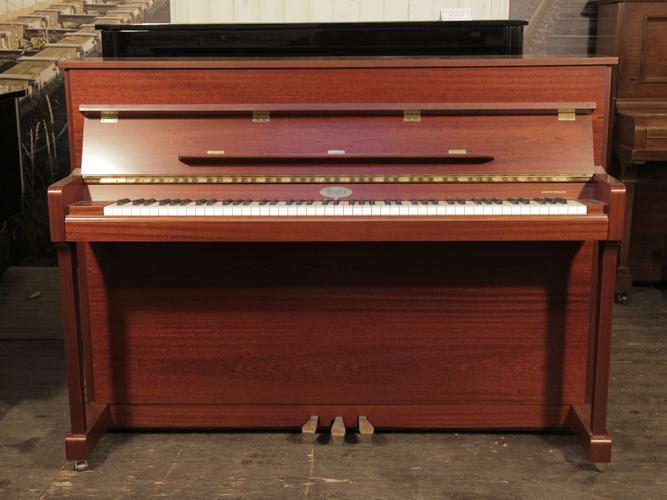 肯布林(Kemble)立式鋼琴,拋光桃花心木外殼,鋼琴有88個琴鍵和3個踏板
