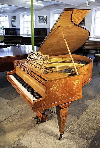 普莱耶(Pleyel)三角古董钢琴,产于1901年,椴木外壳,方形琴腿,新古典主义风格镶嵌,植物茎叶、鲜花设计,钢琴有85个琴键和2个踏板