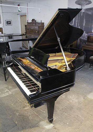 A 三角古董鋼琴,產於1900年,黑色外殼,盾形琴腿,鋼琴有88個琴鍵和3個踏板