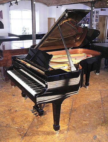 施坦威(Steinway)型号 B 三角古董钢琴,产于2013年,黑色外壳,盾形琴腿,钢琴有88个琴键和3个踏板