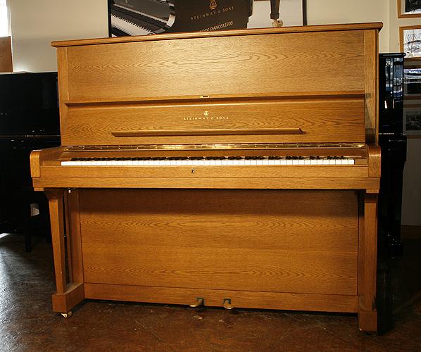 施坦威(Steinway)型號 K 立式鋼琴,產於1985年,橡木拋光外殼,鋼琴有88個琴鍵和2個踏板
