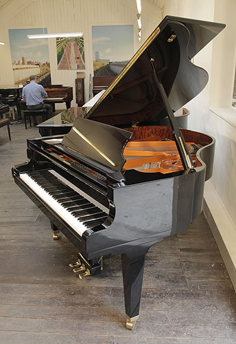 舒米尔(Schimmel)三角钢琴,型号 GP169,产于2002年,黑色外壳黄铜配饰,自动缓冲琴盖,钢琴有88个琴键和3个踏板