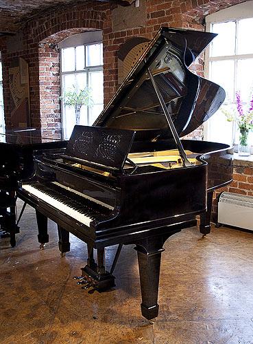 施坦威(Steinway)型号 A 三角钢琴,产于1914年,黑色外壳,盾形琴腿,雕花琴谱架,钢琴有88个琴键和3个踏板