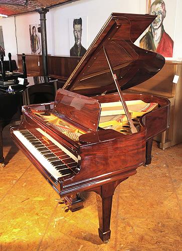 施坦威(Steinway)型號 O 三角古董鋼琴,鋼琴有一個精美的紅木外殼和琴腿,88個琴鍵和2個踏板