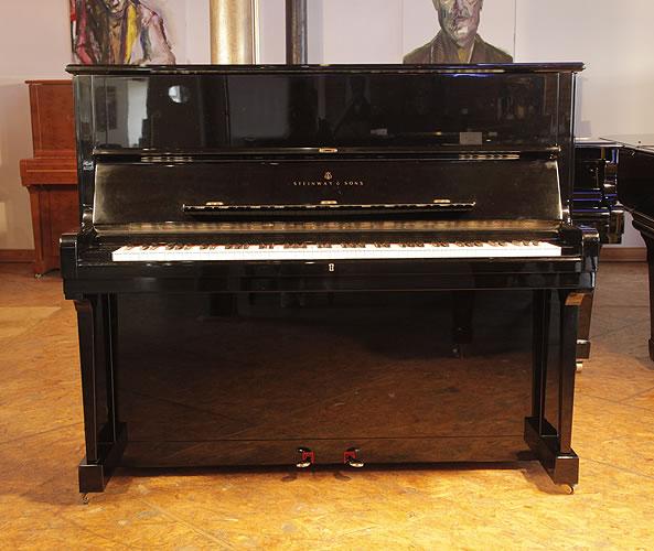 施坦威(Steinway)型號 V 立式鋼琴,產於1985年,黑色外殼,黃銅配飾,鋼琴有88個琴鍵和3個踏板