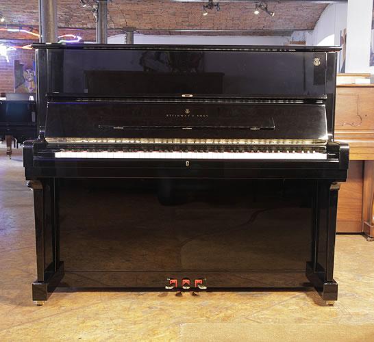 施坦威(Steinway)型号 V 立式钢琴,产于1998年,黑色高亮抛光外壳,黄铜配饰,钢琴有88个琴键和3个踏板