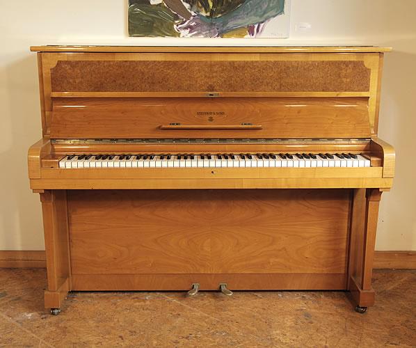 施坦威(Steinway)型号 Z 立式钢琴,产于1952年,胡桃木外壳,伯尔胡桃木前面板,钢琴有88个琴键和2个踏板