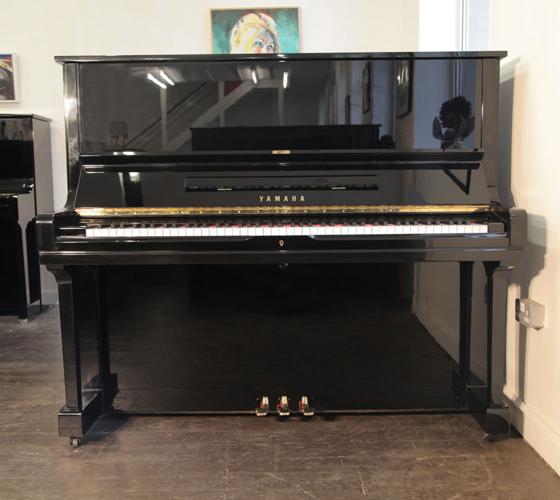 雅马哈(Yamaha)型号 U3 立式钢琴,产于1971年,黑色高亮抛光外壳,钢琴有88个琴键和3个踏板