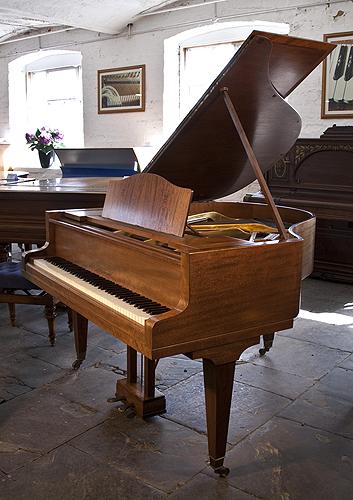 博兰斯勒(Bluthner)小三角钢琴,胡桃木外壳,方形琴腿,钢琴有88个琴键和2个踏板
