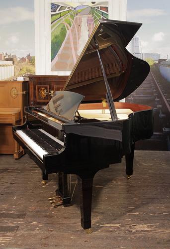 波士顿(Boston)型号 GP 156 三角钢琴,黑色外壳, 产于2008年  盾形琴腿,钢琴有88个琴键和3个踏板,钢琴由施坦威公司所设计
