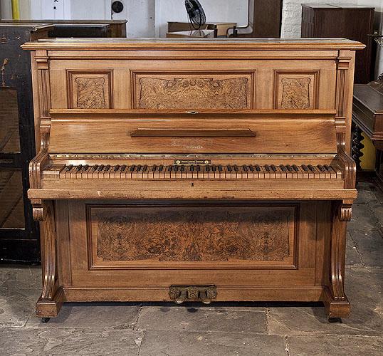 福裡希(Feurich)立式鋼琴,產於1908年,胡桃木外殼,鋼琴有85個琴鍵和2個踏板