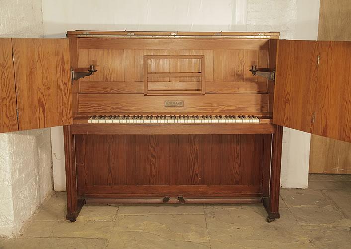 梅爾(Mayer)立式鋼琴,工藝美術風格外殼,鋼琴有精美的操行和燭臺,鋼琴有85個琴鍵和2個踏板