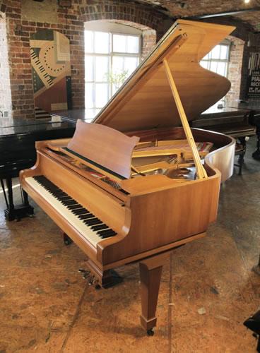 施坦威(Steinway)型号 A 三角钢琴,产于1970年,已翻新,钢琴有胡桃木外壳和盾形琴腿,88个琴键和3个踏板