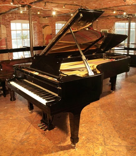 施坦威(Steinway)型号 D 三角钢琴,产于1955年,黑色外壳,盾形琴腿,钢琴有88个琴键和3个踏板,这是世界钢琴家的最好选择