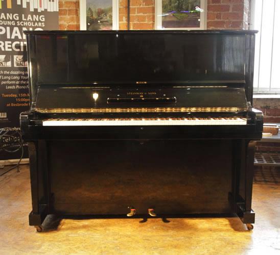 施坦威(Steinway)型号 K 立式钢琴,产于1939年,黑色外壳,黄铜配饰,钢琴有88个琴键和2个踏板