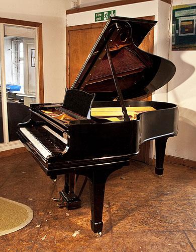 施坦威(Steinway)型号 O 三角钢琴,产于1911年,钢琴有黑色外壳和盾形琴腿,钢琴有88个琴键和2个踏板