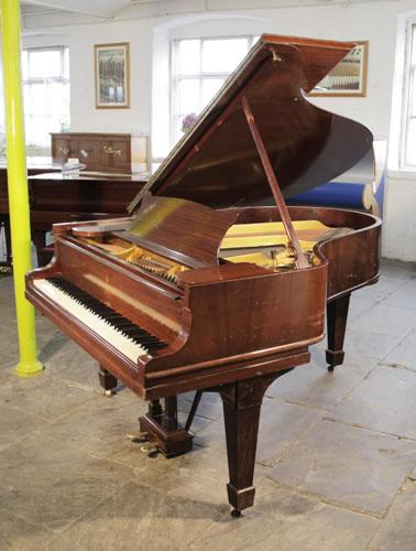 施坦威(Steinway)型号 O 三角钢琴,产于1911年,红木外壳,盾形琴腿,钢琴有88个琴键和2个踏板