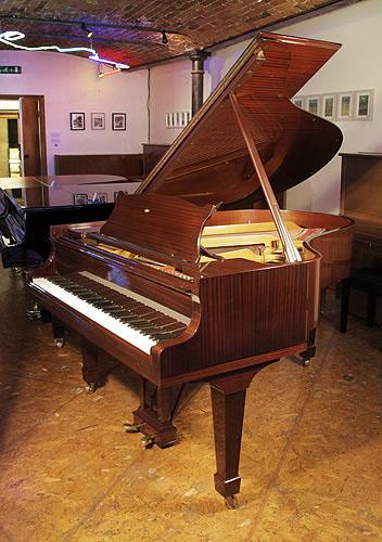 施坦威(Steinway)型号 O 三角钢琴,产于1979年,桃花心木外壳,盾形琴腿,钢琴有88个琴键和2个踏板
