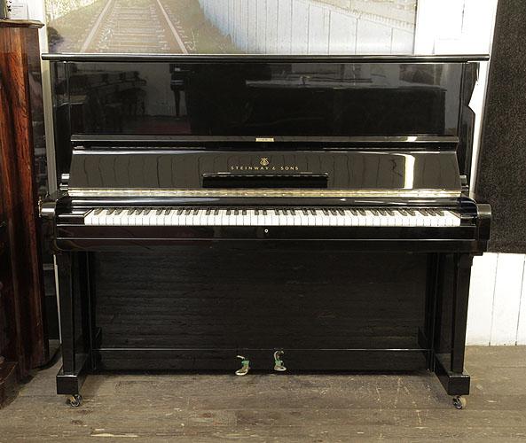 施坦威(Steinway)型號 V 立式鋼琴,產於1961年,黑色外殼,黃銅配飾,鋼琴有88個琴鍵和2個踏板