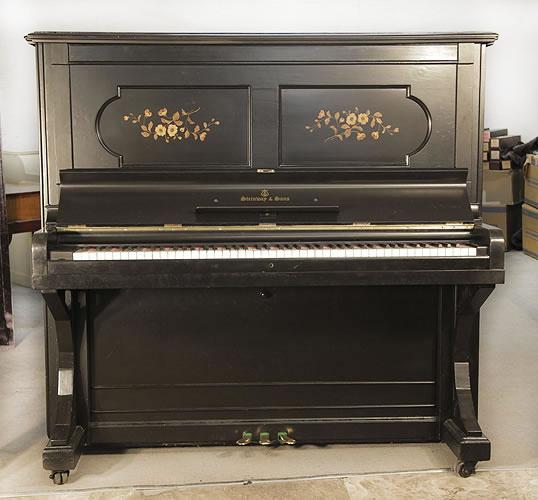 施坦威(Steinway)立式古董鋼琴,產於1886年,椴木黑色外殼,鑲嵌面板,鋼琴有88個琴鍵和3個踏板