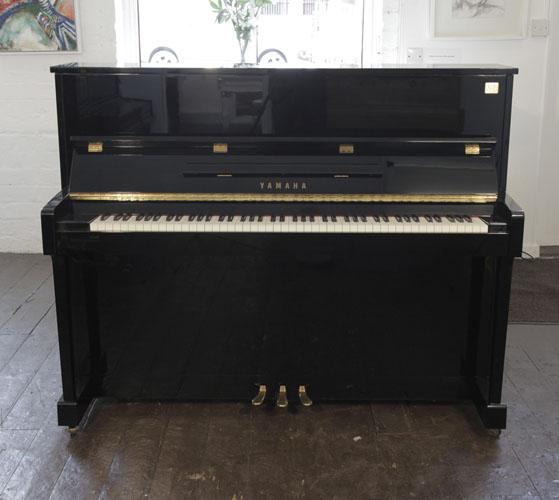 雅马哈(Yamaha)型号 ET121 立式钢琴, 黑色外壳黄铜配饰,钢琴有88个琴键和3个踏板