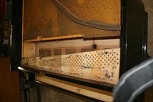 移除舊的弦軸釘和琴弦