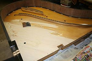 钢琴翻新 Stripping the piano soundboard.