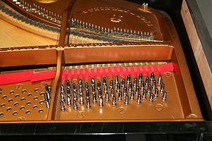 在弦軸板上更換新的弦軸釘