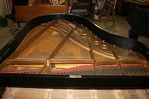 钢琴翻新 Removing the piano strings.