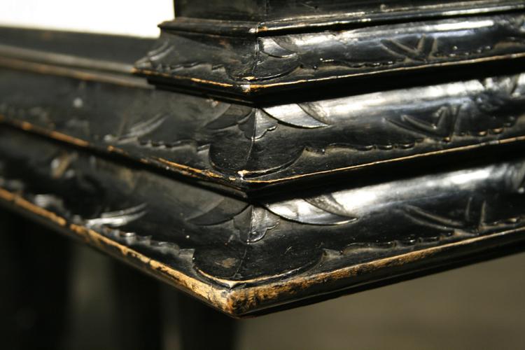 这架施坦威拥有乌木色的外壳,外壳底层是三层裙褶式的雕刻。琴谱架镂空有不规则的几何图形。三个粗大的琴腿上雕刻有正在演奏音乐的人物和精美的花叶。这架钢琴曾属于 Leo Lewin,1910年时,被放置在他位于波兰布雷斯劳的别墅中。