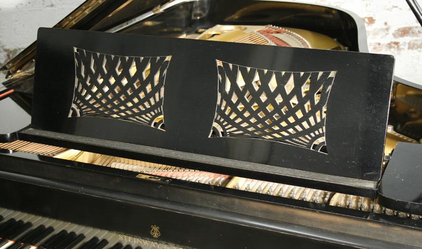 施坦威 型号 B 三角钢琴,拥有乌木色外壳和精美雕刻的琴腿,由 Oskar Kaufmann 设计。