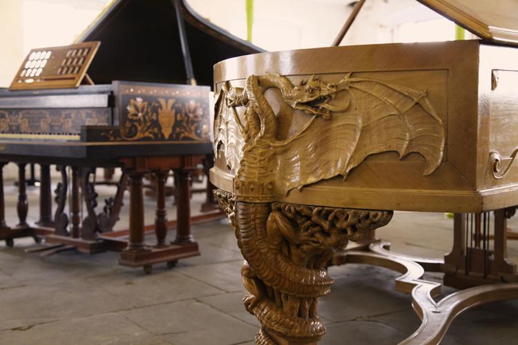 """《钢琴的""""黄金年代""""》艺术展: 这是一个关于奢华艺术外壳钢琴的展览 展览就在利兹 Besbrode Pianos 的展厅"""